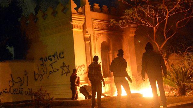 Des manifestants devant le palais présidentiel au Caire