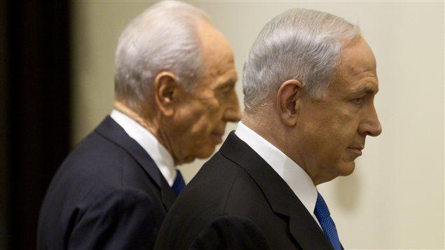 Benyamin Nétanyahou, vainqueur des élections en Israël, et le président Shimon Peres, en arrière-plan, lors d'une cérémonie à Jérusalem, le 2 février
