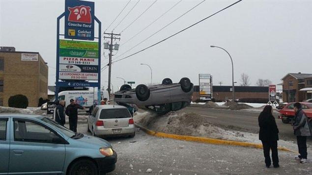 Cette voiture s'est retrouvée dans une fâcheuse position, samedi matin.
