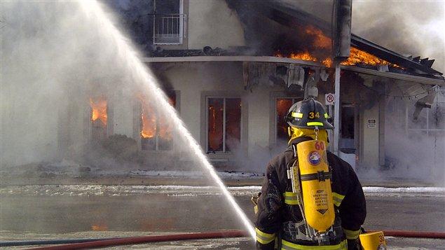 La fromagerie St-Albert est complètement ravagée par l'incendie.