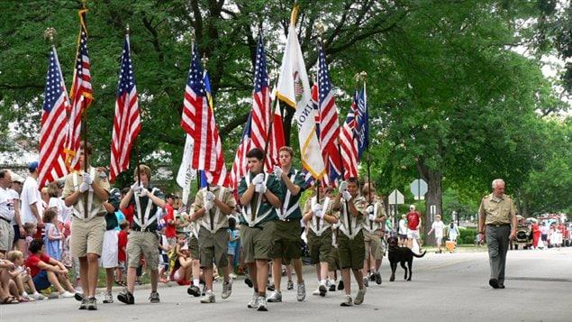 Un groupe de scouts paradant à Winnetka, Illinois, le 4 juillet 2007