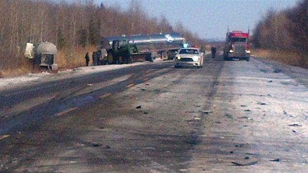 Sur la route 122, entre Saint-Albert et Victoriaville, un camion de livraison de lait s'est renversé mardi matin.