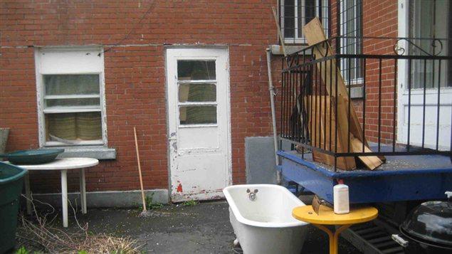 La cour arrière de l'appartement, au moment où vivait Sandy.