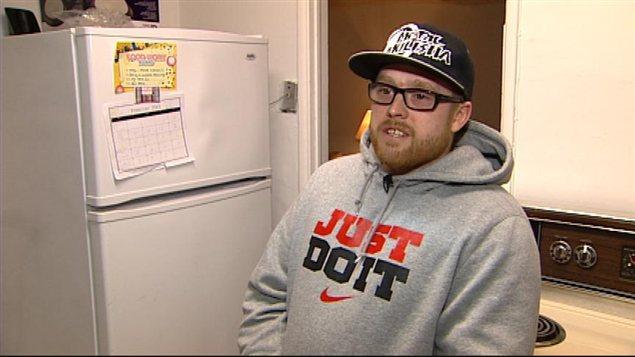 Ernest Lefevbre accorde une entrevue à la caméra de Radio-Canada dans son appartement de Winnipeg, le 5 février 2013.