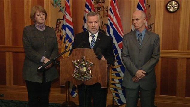 Les députés indépendants Vicki Huntington (g), John Van Dongen (c) et Bob Simpson (d) lors d'un point de presse conjoint le 6 février 2013.