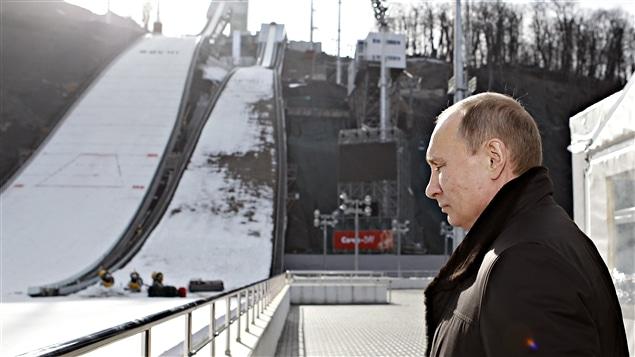 Vladimir Poutine devant les installations de saut à skis