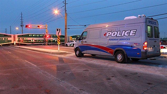 La police enquête sur la mort d'un homme happé par un train GO à Oakville.