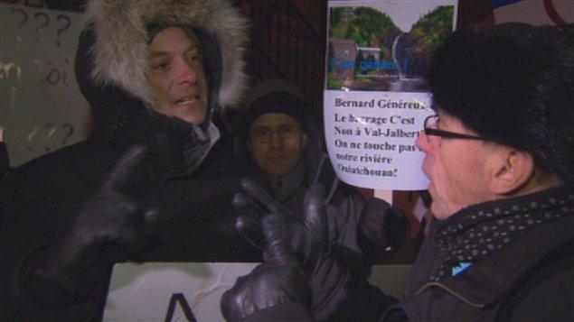 Des opposants à la centrale de Val-Jalbert manifestent devant les bureaux du député Denis Trottier, à Saint-Félicien