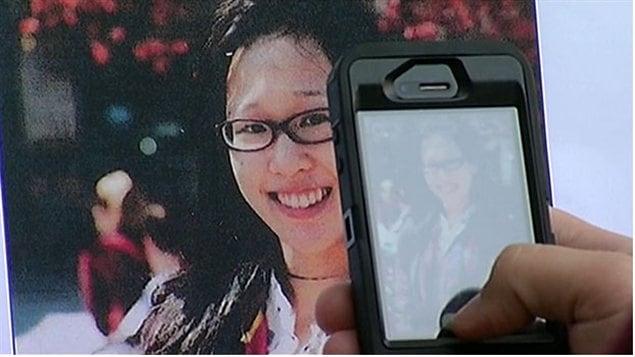 Un journaliste prend une photo, durant une conférence de presse à Los Angeles le 6 février 2013, d'un cliché d'Elisa Lam, une étudiante de Vancouver qui manque à l'appel depuis le 31 janvier 2013, alors qu'elle séjournait à Los Angeles.