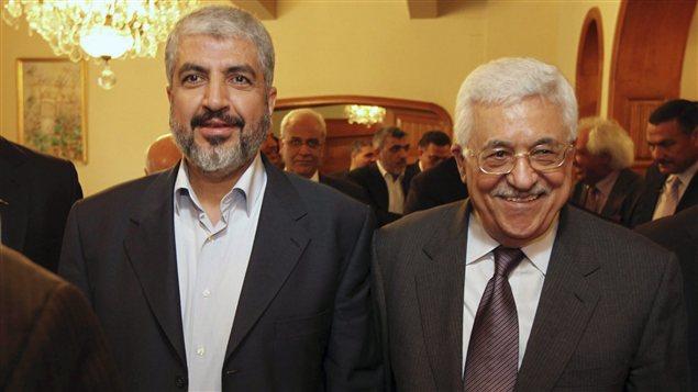 Le chef du Hamas Khaled Meshaal (gauche) avec le président palestinien, Mahmoud Abbas