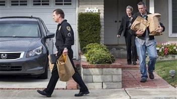 Les policiers emmènent des effets personnels appartement à Christopher Dorner de la maison de sa mère, à La Palma, en Californie.