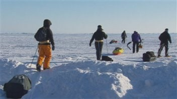 Marcheurs autour du lac Saint-Jean dans le cadre du Double défi