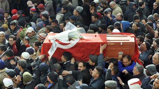 Le cercueil de Chokri Belaïd, porté par le foule.