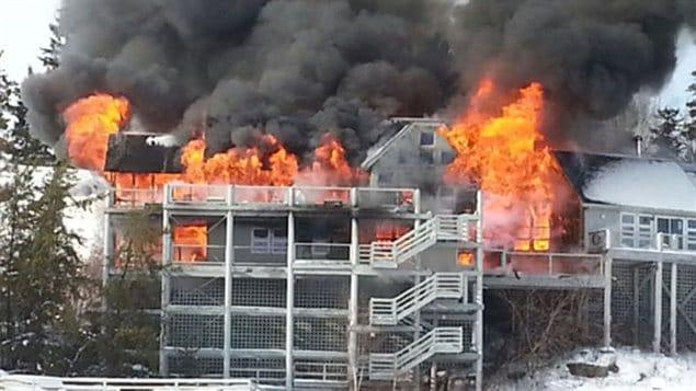 Un incendie a ravagé un ensemble de chalets dans près de Clearwater Bay dans le secteur du lac des Bois.