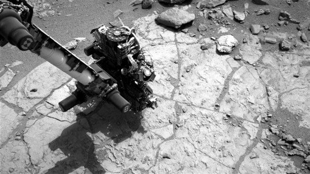 Dans cette photo publiée par la Nasa le 5 février, Curiosity se préparer à forer une pierre nommée John Klein.