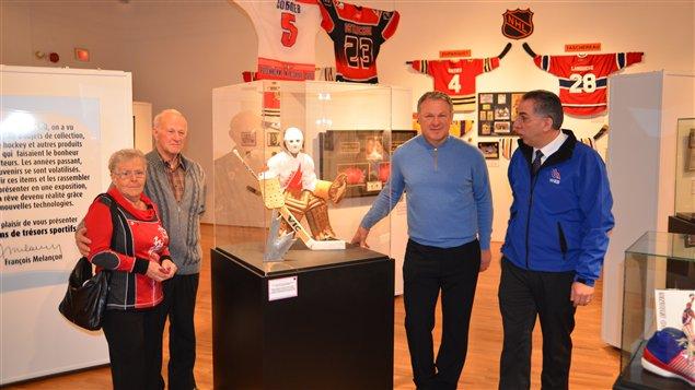 De gauche à droite: les parents de Claude Lemieux, Claude Lemieux et  le collecteur François Melançon à l'origine de l'exposition 50 ans de trésors sportifs.