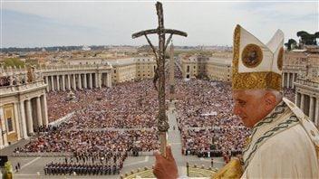 Le pape Benoît XVI lors del sa bénédiction Urbi et Orbi, place Saint-Piertre, en 2006.