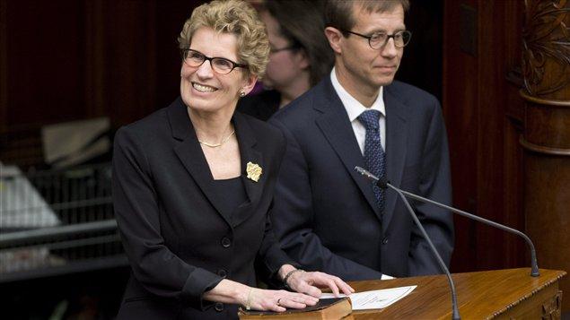La nouvelle première ministre, Kathleen Wynne, sourit au moment de son assermentation à Queen's Park, le 11 février.