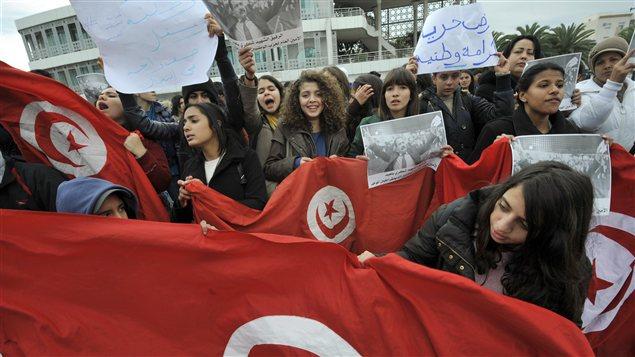 Les manifestants devant le siège de l'Assemblée constituante