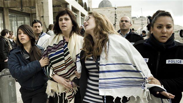 Le rabbin Susan Silverman arrêtée avec sa fille au mur des Lamentations, à Jérusalem.