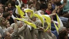 Des soeurs accueillent joyeusement le pape lors de son arrivée à la salle Paul VI pour son audience du mercredi.