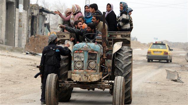 Des Syriens fuient les combats à Alep