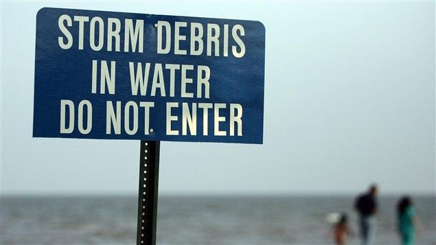 Un panneau sur une plage du Mississippi à l'ouverture de la saison cyclonique qui a suivi le passage de l'ouragan Katrina en août 2005