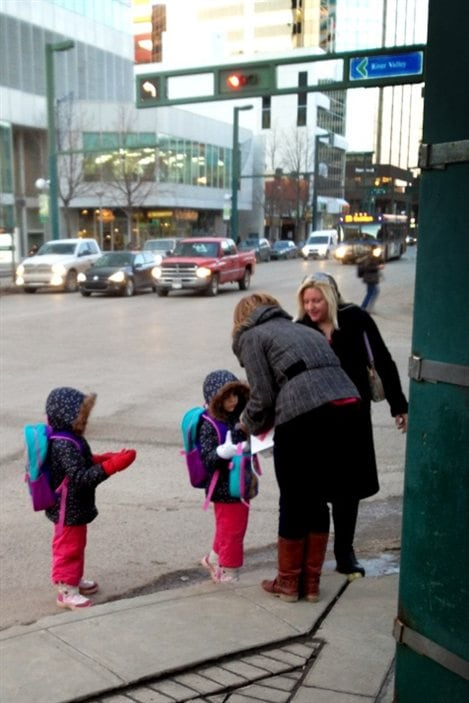 Des bénévoles distribuent des cartes d'amour de Love Letters 2 Strangers, à la Saint-Valentin, à Edmonton