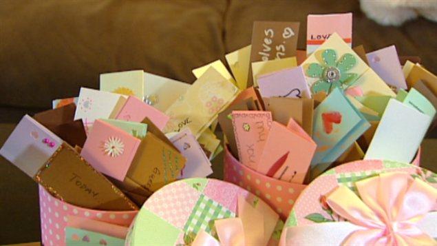 Les cartes fabriquées dans le cadre du projet Love Letters 2 Strangers, à Edmonton
