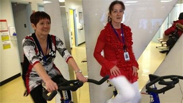 Deux employées du CSSS du Témiscamingue sont venues brûler des calories sur les vélos stationnaires.