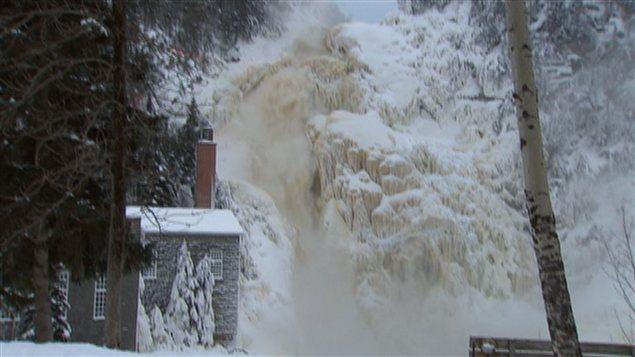 La chute du village historique de Val-Jalbert