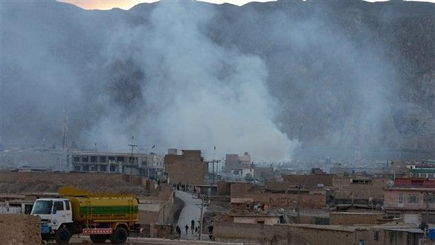 De la fumée émane du lieu de l'attentat, près de Quetta, au Pakistan.