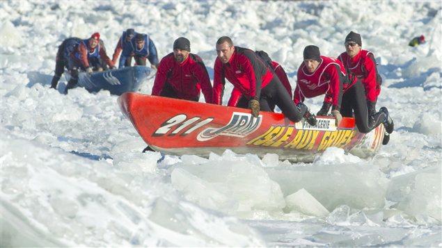 Des canotiers qui participent à une course de canot sur glace (archives)