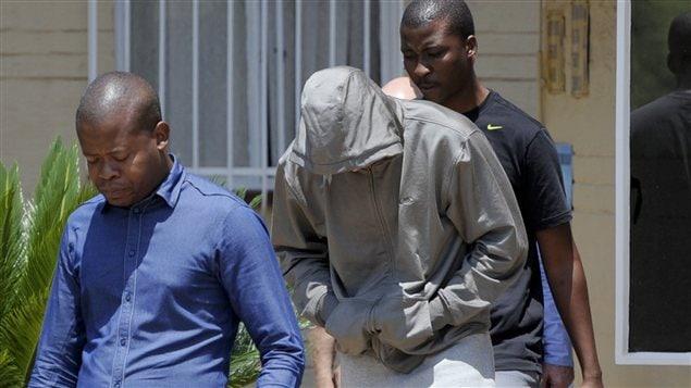 Oscar Pistorius est arrêté par la police jeudi.