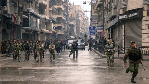 Les forces du régime Al-Assad se déploient, mercredi, dans les rues d'Alep, où des combats ont lieu près de l'aéroport international.