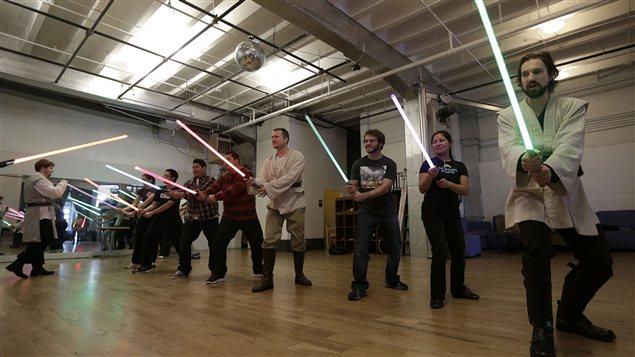 Des Jedis lors d'un cours d'une chorégraphie de combat