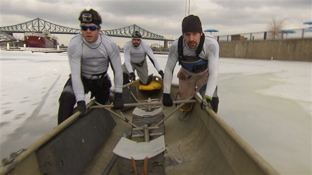 Préparatifs en vue de la course de canots à glace, au Vieux-Port de Montréal