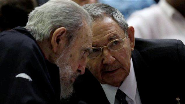 Le président cubain Raul Castro (à droite) et l'ex-président Fidel Castro (à gauche) assistent à la séance inaugurale de la nouvelle Assemblée nationale cubaine, le 24 février.