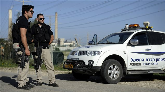 Les forces de sécurité israélienne montent la garde dans la ville d'Ashkelon, dans le sud du pays, après qu'un tir de roquette eut été lancé depuis Gaza.
