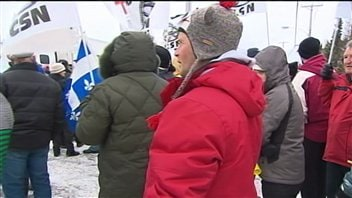 Une centaine de manifestants ont accueilli le premier ministre Stephen Harper lors de son passage à Rivière-du-Loup, ce matin.