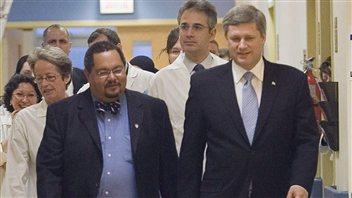 Arthur Porter (à gauche) en compagnie du premier ministre Stephen Harper en novembre 2006.