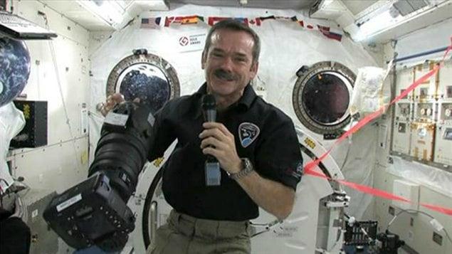 L'astronaute Chris Hadfield parlera à des élèves d'Airdrie, à partir de l'espace.