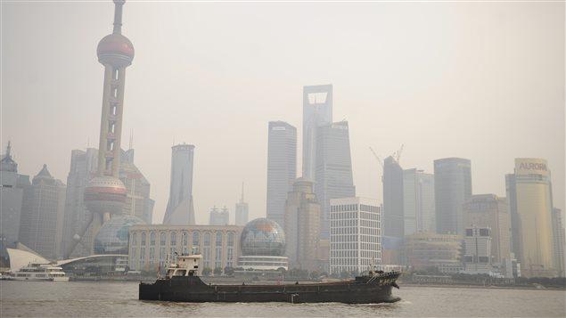 Une vue de Shangai et de la rivière Huangpu, où ont été repêchées des centaines de carcasses de porc