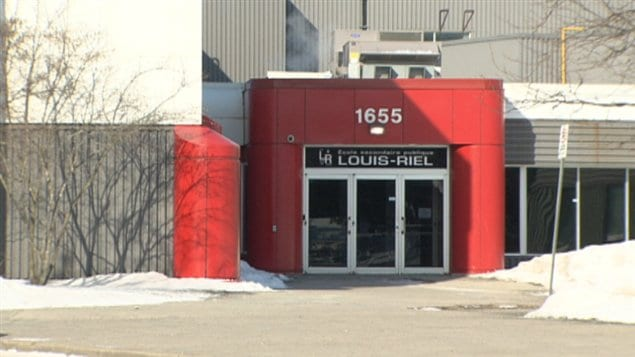 École secondaire publique Louis-Riel d'Ottawa offre un programme sports-études.