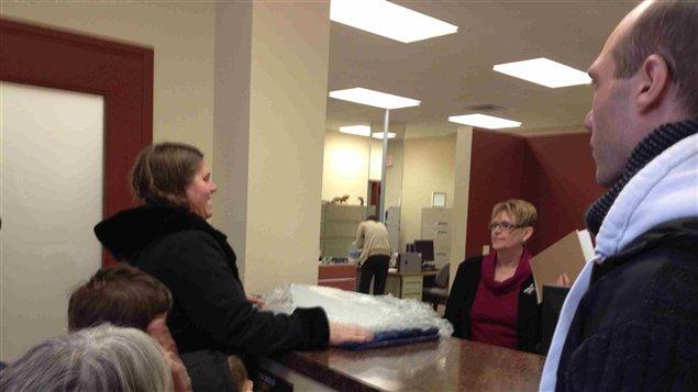 es représentants se sont rendus aux bureaux de leurs députés provinciaux pour y déposer des blocs de glace contenant 10,25 $.