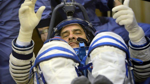 Le cosmonaute Pavel Vinogradov essaie son habit avant le départ de la capsule Soyouz.