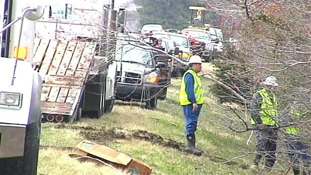 Des travailleurs sur les lieux de de l'incident