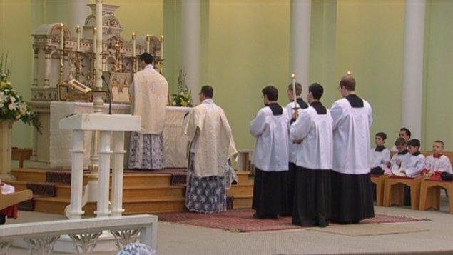 Les paroissiens sont heureux de pouvoir prier dans leur nouveau lieu de culte.