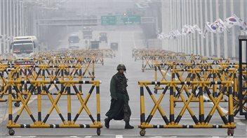 Un soldat de l'armée sud-coréenne patrouille sur le pont de Paju, près de la frontière entre les deux Corées.