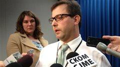 Le directeur général du service des infrastructures de la Ville de Saskatoon, Mike Gutek, annonce le lancement d'un site web pour signaler les nids-de-poule, le 16 avril 2013.
